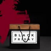 zblízka pohled papírové nákupní tašku s černý pátek prodej