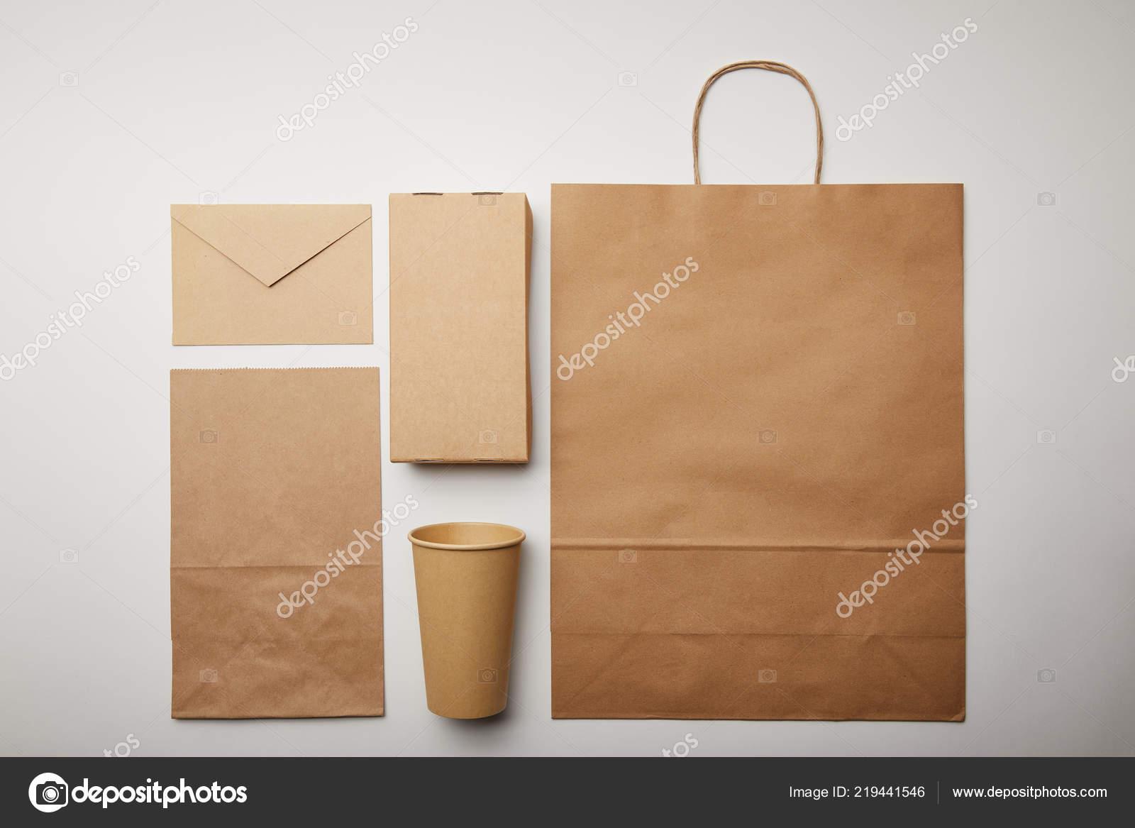 De Papieren Zak : Flay lay met envelop papier beker papieren zak van levering