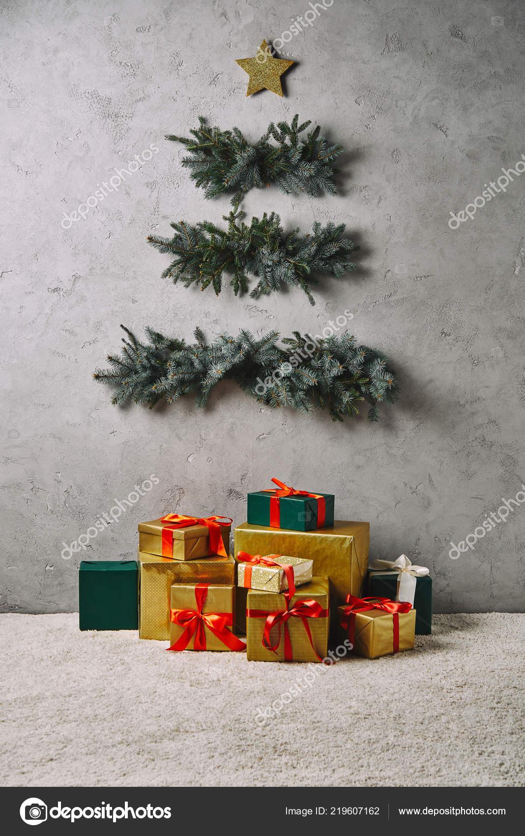 Handgemachte Weihnachtsbaum Hangen Graue Wand Geschenk Boxen Auf