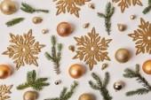 Blick von oben auf goldene Weihnachtsdekoration isoliert auf weiß