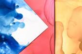 spruzzi di rossi, blu e gialli di inchiostri di alcol come priorità bassa astratta