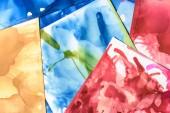 modré, červené a zelené stříkance barev alkoholu jako abstraktní pozadí