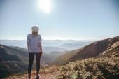 zadní pohled na ženské cestovatel pohledu na hory na slunečný den, Karpaty, Ukrajina