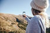 zadní pohled na ženu pořizování Foto hory s smartphone, Karpaty, Ukrajina