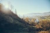 krásné město Karpaty a Vorochta pod modrou oblohou, Ukrajina