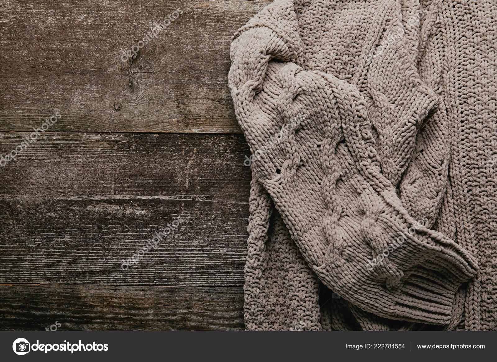 Grijze Gebreide Trui.Bovenaanzicht Van Grijze Gebreide Trui Houten Tafelblad Stockfoto