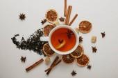 lapos feküdt rendezett fahéjat, csillag ánizs, barna cukor és forró teát fehér háttér
