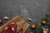 pohled shora syrové maso steak na pečícím papírem s brambory na šedém pozadí
