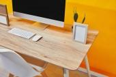 Számítógép, üres Fényképkeretek és fából készült asztal Virágtartó kaktusz