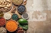 pohled shora superpotraviny, luštěniny a zdravých přísad na rustikální pozadí s kopií prostor