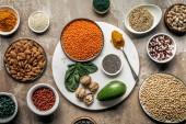 plochý ležel superpotraviny, luštěniny, ořechy a avokádo na podklad s texturou rustikální