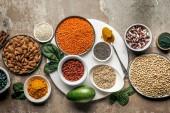 Draufsicht auf Superfoods, Hafergrütze und Hülsenfrüchte auf rustikalem Hintergrund