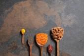 plochý lay uspořádány vařečky s superfoods, červená čočka a kurkuma na stole s kopií prostor