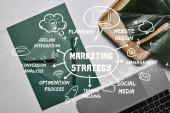 Zelená kniha pro šablonu dopisu od notebooku na bílém mramorovém pozadí marketingové strategie ikony