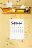 pohled shora září kalendář s zlaté konfety a karet s kolíčky na prádlo na béžové