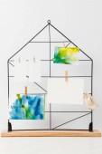 Fotografie Krásné abstraktní malby a prázdné karty na kolíčky na prádlo