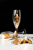Fotografia bicchieri di vino e numeri dorati 2019 con le candele sul nero