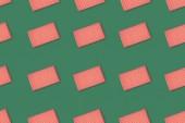 Pohled shora červené zabalené dárky izolované na zeleném pozadí