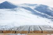 pruhované hnědé dřevěné cestu a krásnou zimní hory