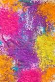 pohled shora výbuchu vícebarevné holi prášku na bílém pozadí