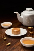 tradiční mooncake čajové šálky, pot a zlaté ingoty, samostatný na černém