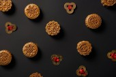 Fotografie top view of traditional mooncakes and feng shui coins isolated on black