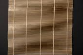 Draufsicht der Bambusmatte Tabelle isoliert auf schwarz
