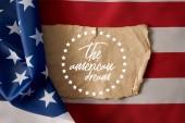 Vintage zmačkaný papír s nápisem amerického snu a hvězd na americké vlajce