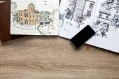 felülnézet rajzok albumok és smartphone, fából készült háttér