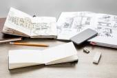 szelektív összpontosít a rajz albumok, smartphone és poharak támaszkodva fából készült asztal