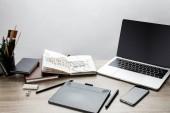 szelektív összpontosít, a fából készült asztal, laptop, a smartphone és a rajz eszközök