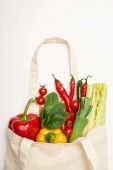 Studioaufnahme von Öko-Tasche mit natürlichen Gemüse auf weißem Hintergrund