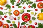 Fotografie Plochou ležela s čerstvou bio zeleninu na bílém pozadí