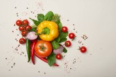 Draufsicht auf frisches Gemüse und Gewürze auf grauem Hintergrund