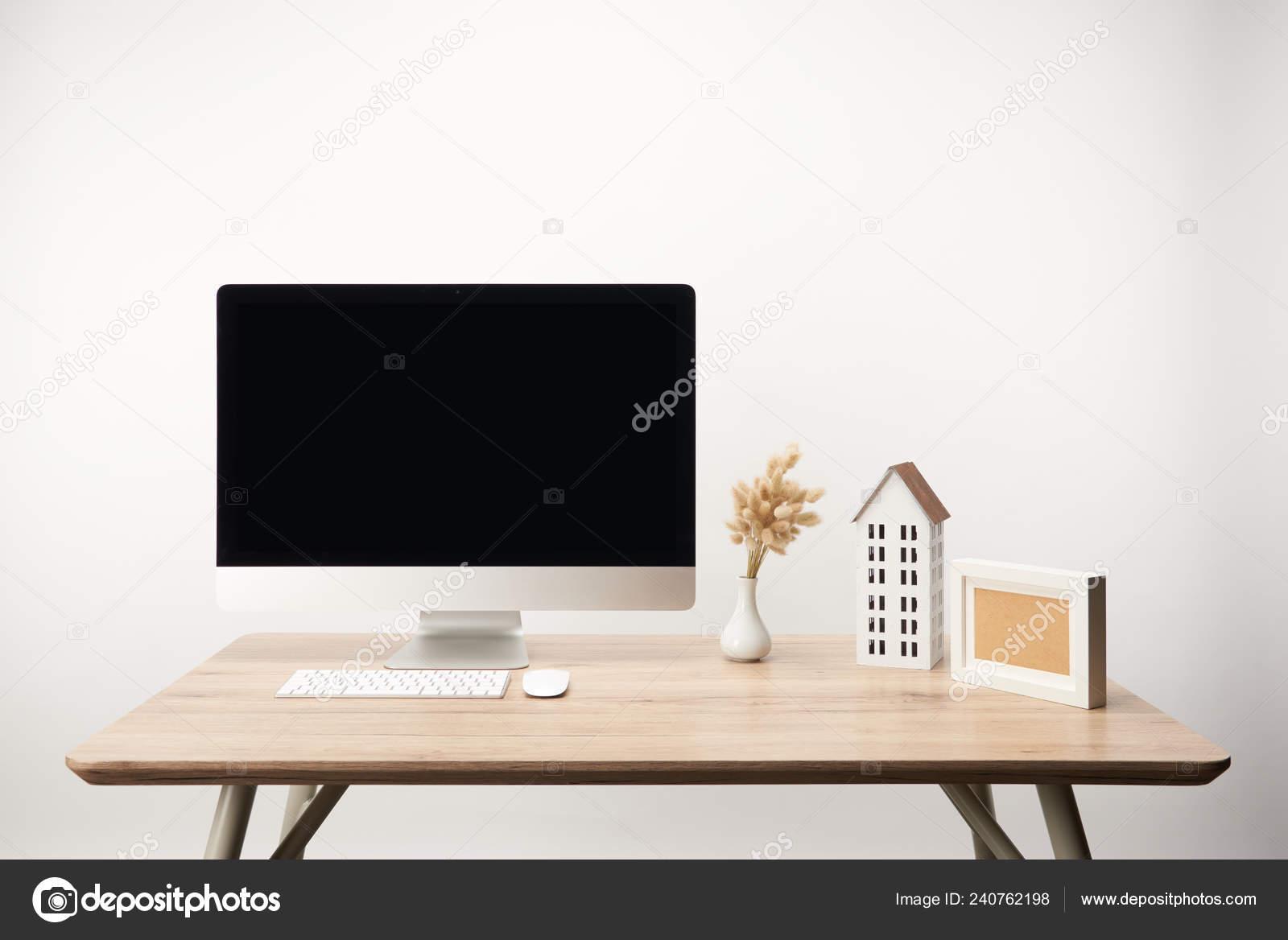 Lieu travail avec maison modèle fleurs séchées ordinateur bureau