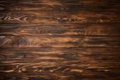 pohled shora texturou hnědý dřevěný stůl