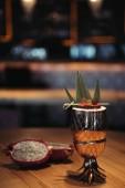 Selektivní fokus chutné tropické alkoholický koktejl s dračí ovoce na tmavém pozadí