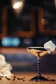 Fotografia cocktail alcolico in metallo vetro decorato con fiore dellorchidea su fondo scuro con lo spazio della copia