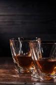 a sötét fából készült asztal két pohár whisky kiadványról