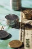 Selektivní fokus Ukrajinské mince zásobníky na bankovky dolaru a eura