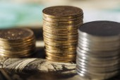 Selektivní fokus Ukrajinské mince zásobníky na bankovky dolaru s rozmazané pozadí