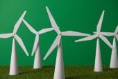 Fényképek fehér szélmalom modellek és a zöld fű háttér