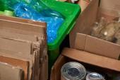 rendezett szemetet, karton, üveg és műanyag palackok, polietilén, vas doboz