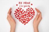 Fotografia vista potata di mani femminili vicino a disposizione della piccola carta rossa a forma di cuore tagliata i cuori con me i  m yours lettering