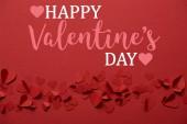 hromadu dekorativní papír vyjmout srdce na červeném pozadí s nápisem Happy valentines day