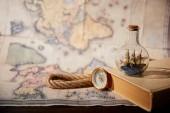 Szelektív összpontosít, játék hajó üvegben, könyv, Térkép, iránytű és kötél