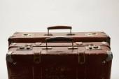 hnědý kufry s kopie prostoru izolované Grey