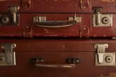 Detailní záběr z hnědé retro kožené kufry