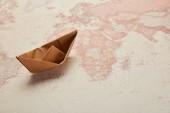 papírových lodiček na mapě vintage světa