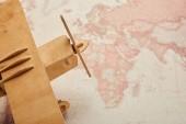 Detail dřevěné letadlo hračka na mapě světa